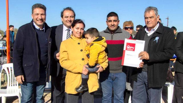 Cinco familias de El Quebrachal recibieron su vivienda